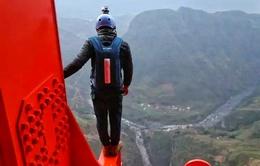 """""""Đứng tim"""" nhìn chàng trai nhảy từ cây cầu cao gấp đôi tòa nhà 95 tầng"""