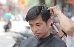 Cụ bà 80 tuổi 60 năm cắt tóc cho nam giới ở phố cổ Hà Nội