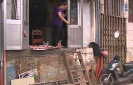 Người dân TP.HCM bắc thang vào nhà sau khi bậc tam cấp bị phá