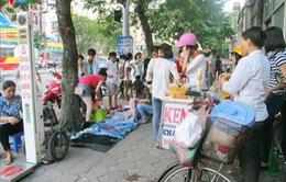 TP.HCM: Nhiều hộ dân tự tháo dỡ vật cản trước nhà, trả lại vỉa hè