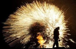 Độc đáo màn bắn pháo hoa bằng kim loại nóng chảy ở Trung Quốc