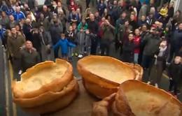 Thú vị cuộc thi ném bánh pudding tại Anh