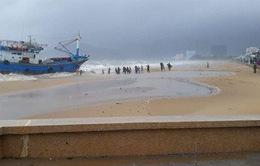 8 tàu hàng chìm trên biển Quy Nhơn: Công các cứu hộ gặp khó khăn do sóng to