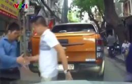 Clip: Ứng xử đẹp, 2 tài xế bắt tay sau va chạm giao thông