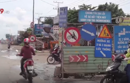 Biển cấm dày đặc, người đi xe máy vẫn vô tư vi phạm