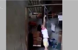Lấy trộm sữa để uống, bé gái bị mẹ nuôi trói tay, treo lơ lửng trên xà nhà