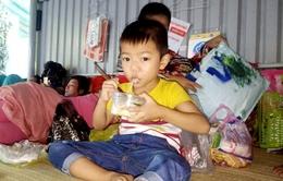 Đứa bé đói khát vạ vật theo mẹ chăm cha bị bỏng điện