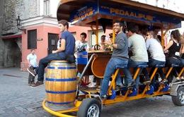 """Amsterdam sẽ cấm hình thức """"xe đạp bia"""""""