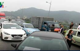 Hàng trăm ô tô dàn hàng phản đối trạm thu phí BOT cầu Bến Thủy