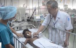 Cứu sống bé trai Campuchia chấn thương nặng do ngã cây