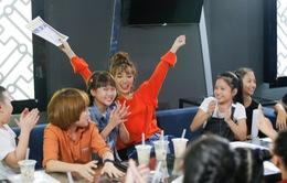 """Ngồi ghế nóng Vietnam Idol Kids, Bích Phương cũng có lúc """"tưng tửng"""" như thế này!"""