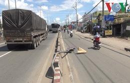 TP.HCM: Cột biển báo giao thông quật trúng người đi đường gây thương tích nghiêm trọng