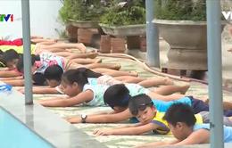 Bình Định: Nhiều gia đình đưa con đi học bơi phòng tránh đuối nước