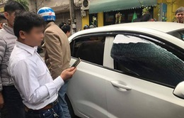 Hà Nội: Bóng bay nổ làm vỡ kính ô tô, một cháu bé bỏng mặt
