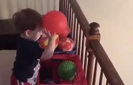 Bé trai 2 tuổi mê... chơi bóng rổ