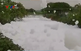 Ấn Độ: Bọt từ sông bị ô nhiễm tràn ra đường