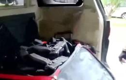Brazil thu giữ lô vũ khí lớn vận chuyển bằng ô tô