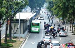 Lượng khách đi BRT không giảm trong ngày đầu bán vé