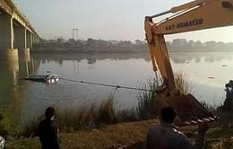Xe bus lao xuống sông ở Ấn Độ làm 32 người thiệt mạng