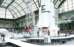 Tàu vũ trụ bay lên nóc nhà tại Tuần lễ thời trang Paris