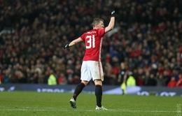 """VIDEO Siêu phẩm """"ngả bàn đèn"""" Schweinsteiger giúp Man Utd đại thắng 4-0"""
