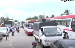 Hành khách mệt mỏi chờ thoát cảnh ùn tắc ở trạm BOT Cai Lậy