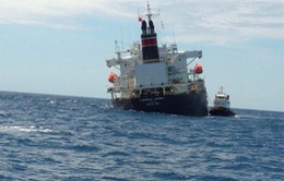 Bơm chuyển gần 300 tấn dầu để đảm bảo an toàn cho tàu nước ngoài mắc cạn