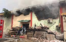 Cháy dữ dội kho hàng ở cảng Bạch Đằng, Hà Nội