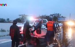 Cảnh sát giao thông hỗ trợ người dân vùng lũ