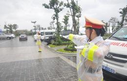 Nữ cảnh sát giao thông làm nhiệm vụ trong mưa bão phục vụ APEC