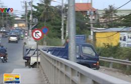 Ngăn chặn xe chở vật liệu chạy ẩu trên cầu Xây Dựng, TP.HCM