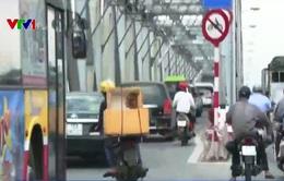 Xe máy vẫn đi vào đường cấm trên cầu Chương Dương