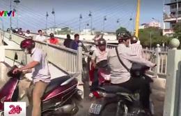 Xe máy chen chúc trên cầu dành cho... người đi bộ
