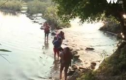 Hòa Bình: Chậm xây dựng cầu thay thế, học sinh lội suối đến trường