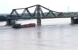 Phát hiện chướng ngại vật nghi là bom trên luồng sông Hồng