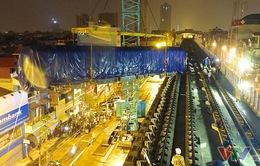 Cận cảnh màn cẩu toa tàu 35 tấn lên đường ray tuyến Cát Linh – Hà Đông