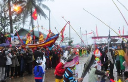 Người dân nô thức tham gia lễ hội cầu ngư
