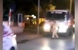 Tài xế xe tải rồ ga uy hiếp cảnh sát khi bị yêu cầu kiểm tra