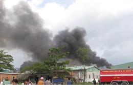 TP.HCM: Vựa phế liệu cháy ngùn ngụt suốt nhiều giờ