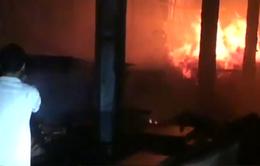 Cháy lớn xưởng gỗ trong đêm tại Đồng Nai