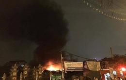 Gara ô tô tại Hà Đông (Hà Nội) bốc cháy dữ dội