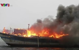 Tàu thu mua hải sản bất ngờ bốc cháy ngùn ngụt