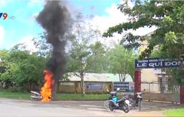 Bến Tre:  Xe mô tô tự cháy trước cổng trường