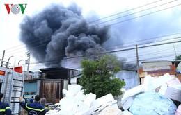 Bình Dương: Cháy dữ dội tại kho chứa mút xốp