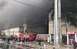 Vụ cháy lớn ở khu công nghiệp Trà Nóc, Cần Thơ: Người dân nhiệt tình giúp đỡ các chiến sĩ cảnh sát