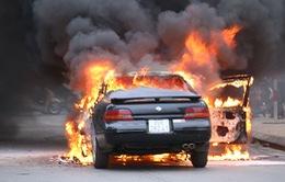 Xe ô tô bốc cháy trên đường phố Hà Nội