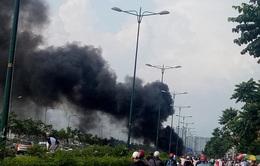 TP.HCM: Xe máy chở can xăng cháy ngùn ngụt trên đại lộ