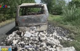 Đối tượng buôn lậu thuốc lá bỏ chạy gây cháy xe