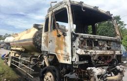 Xe chở dầu bốc cháy ngùn ngụt ở Thanh Hóa
