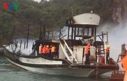 Cháy tàu du lịch trên vịnh Hạ Long, 14 khách nước ngoài an toàn